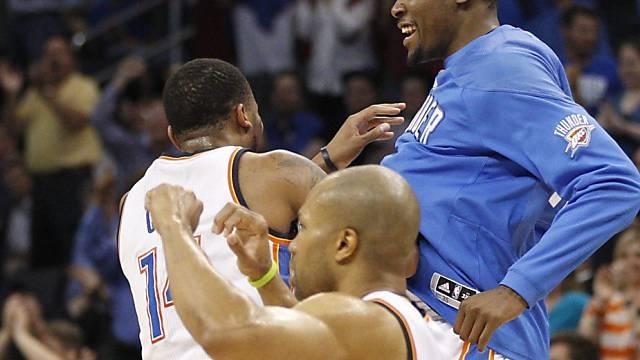 Cook, Fischer und Durant bejubeln den Sieg über Sacramento