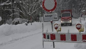 Ein Feuerwehrfahrzeug fährt in  Bayern auf der Forststrasse, die die tief eingeschneite Gemeinde Jachenau bei Bad Tölz derzeit mit der Aussenwelt verbindet.
