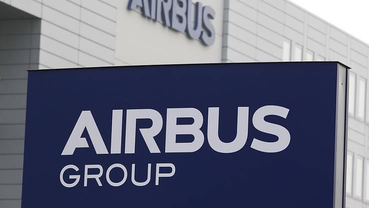 Der Flugzeughersteller Airbus fährt die Produktion wegen der Coronakrise in weiteren Werken zurück - im Bild das Gebäude am Standort Bremen. (Archivbild)