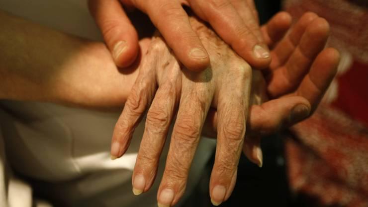 Auf die individuellen Bedürfnisse von Sterbenden sollte besser eingegangen werden. Dafür hat nach Einschätzung von Forschenden Palliative Care grosses Potenzial. (Archivbild)
