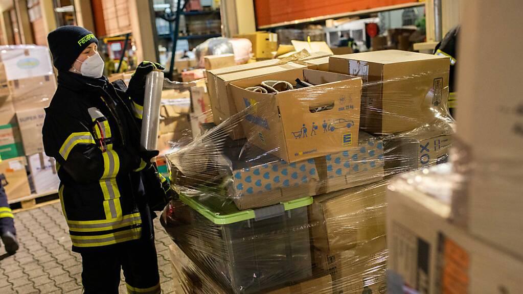 Nach einem Aufruf haben Feuerwehren aus ganz Baden-Württemberg Sachspenden für die von einem schweren Erdbeben getroffene Region rund um die Stadt Petrinja gesammelt und zur Verladung auf einen Hilfskonvoi nach Bad Krozingen gebracht.