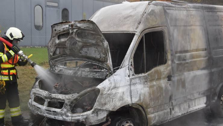 Zuchwil SO, 23. Oktober: In einer Ausfahrt der Autobahn geriet ein Lieferwagen in Brand. Verletzt wurde niemand. Die Ursache dürfte auf einen technischen Defekt zurückzuführen sein.
