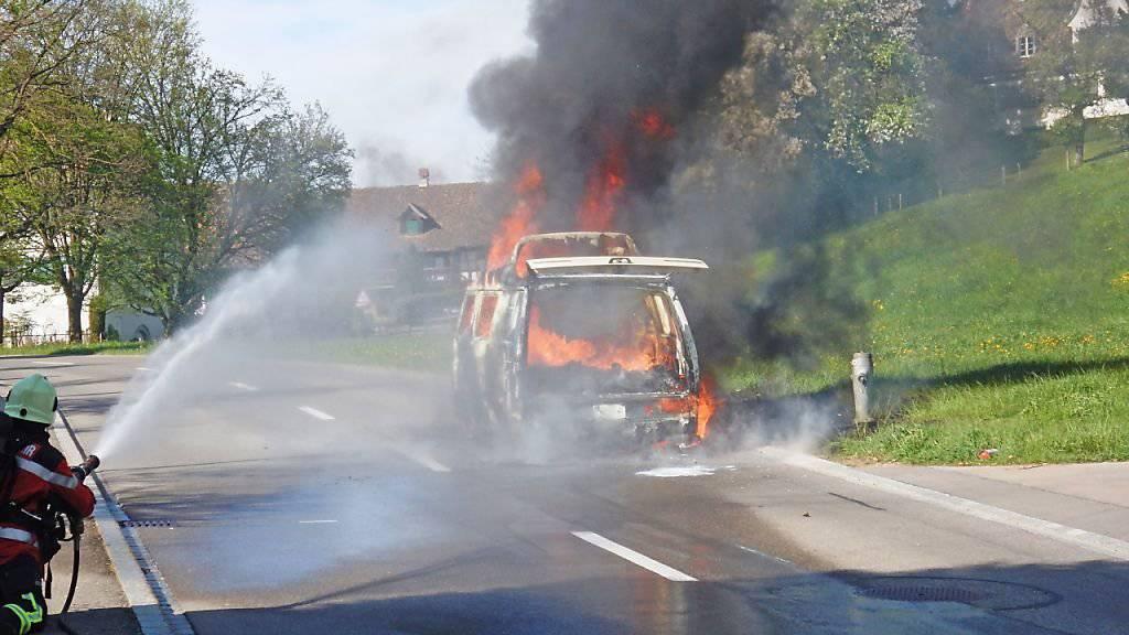 Feuerwehrleute löschen den Campingbus, der in Ottoberg während der Fahrt zu brennen begonnen hatte.