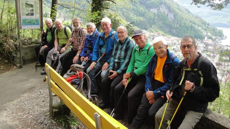 Die Wandergruppe bei einer Pause, hoch über Geraus.