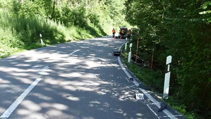 Ein 68-jähriger Motorradfahrer geriet aus ungeklärten Gründen auf die Gegenfahrbahn und kollidierte mit einem Lieferwagen.