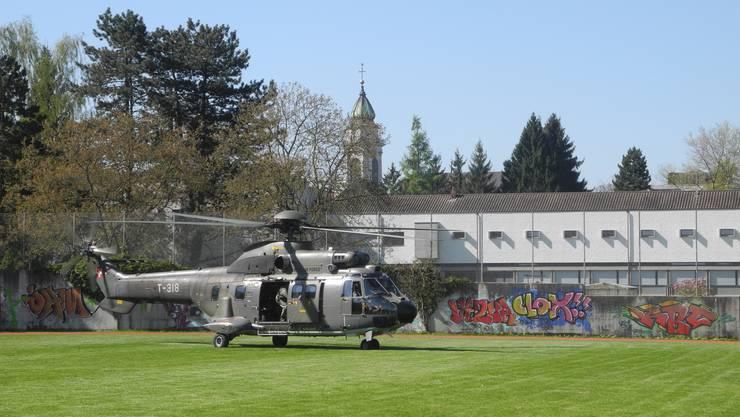 Der Super Puma startet von der Wiese bei der Pädagogischen Hochschule in Richtung Kanton Freiburg.