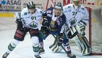 Für Olten's Romano Pargätzi (links) und Goalie Michael Tobler war gegen Langenthal mit Stefan Schnyder nichts zu holen.