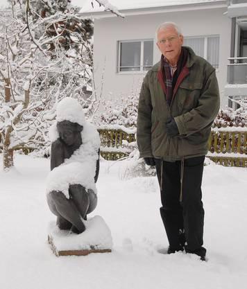 Der Sohn des am 1. Januar 1981 verstorbenen Wettinger Bildhauers Walter Huser, neben der Skulptur «Frierende» seines Vaters im Vorgarten des Ateliers an der Bifangstrasse in Wettingen.