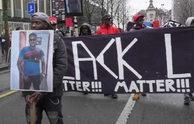 2018 gingen in Lausanne hunderte Schwarze gegen Polizeigewalt auf die Strasse. (Bild: Screenshot RTS)