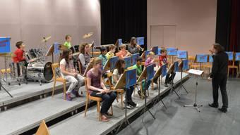 Schon die Jüngsten spielen im Ensemble unter der Leitung von Ueli Steffen mit. Hier die Beginners und Juniors Band.