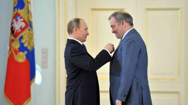 Da lächelt sogar der Finsterling Valery Gergiev: Von Wladimir Putin wird der Dirigent am 1. Mai 2013 zum «Held der Arbeit» gekürt. Foto: AFP/ALEXEI NIKOLSKY