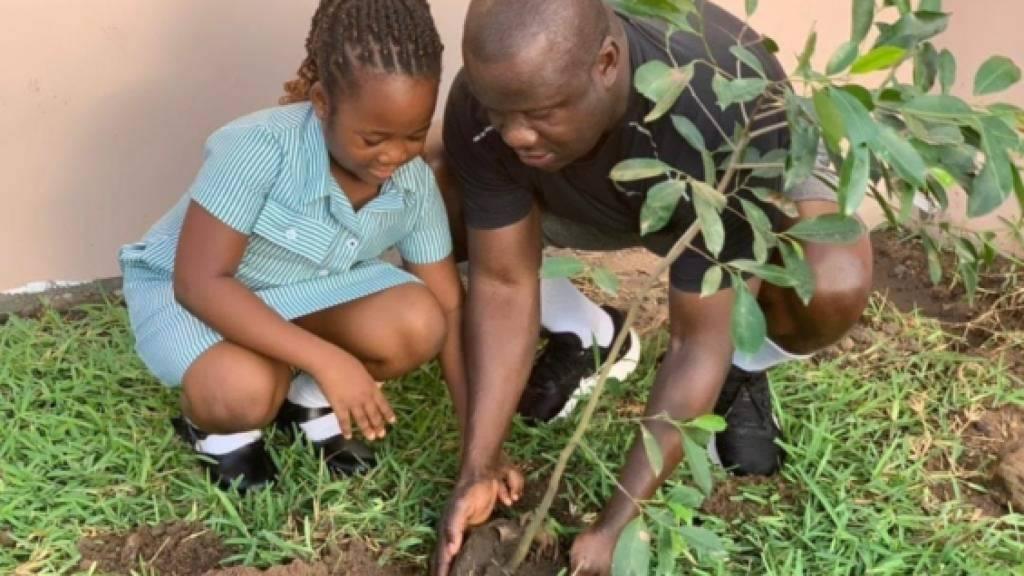 Samuel Abdulai Jinapor, der Umweltminister von Ghana, war am Freitag einer von Hunderttausenden Bewohner des Landes, die mit der Aufforstung des Regenwalds begonnen haben.