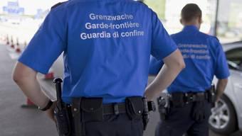 Die Schweizer Grenzwächter verständigten die deutsche Polizei, nachdem sie beim LKW-Chauffeur Alkoholgeruch festgestellt hatten. (Symbolbild)