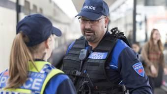 Die Transportpolizei der SBB testet seit Montag an den Bahnhöfen Zürich und Lausanne den Einsatz von so genannten Bodycams. Bei den Polizeikorps sind je zwei Kameras im Einsatz. (Gestellte Szene)