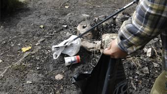 Sozialhilfebezüger stehen für gemeinnützige Arbeit auch beim Kampf gegen Littering im Einsatz (Symbolbild).