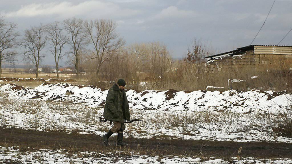 Die Kämpfe in der Ukraine gehen weiter: Ein prorussischer Kämpfer patrouilliert bei einem Dorf in der Nähe von Donezk.