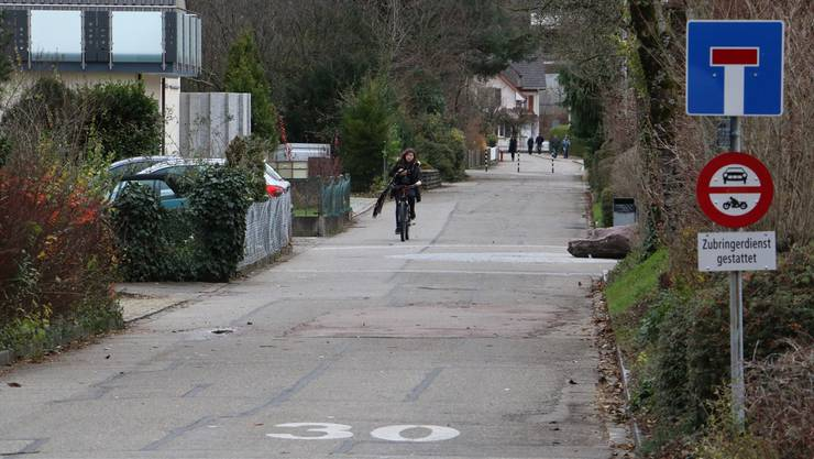 Auf der Schulstrasse – über welche die Velostrasse führen soll – soll eine Bodenmarkierung angebracht werden, um die Kollisonsgefahr zwischen Fussgängern und dem Langsamverkehr zu verringern.