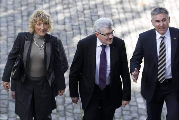 2012 wird Brogli zum dritten Mal wiedergewählt. Neben ihm schreiten die wiedergewählten Hochuli und Hürzeler ins Regierungsgebäude in Aarau.