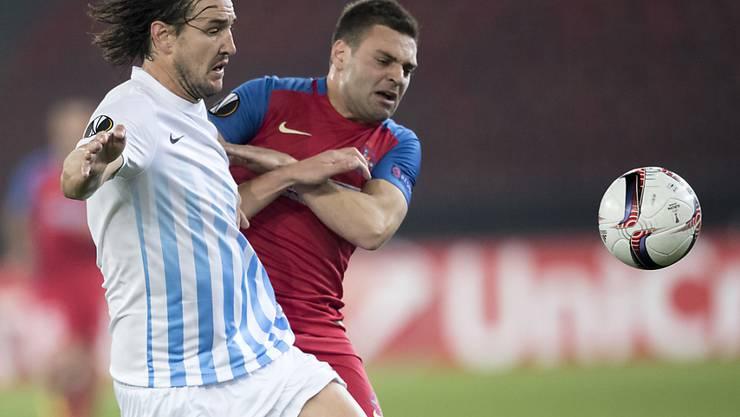 Alain Nef vom FC Zürich (links) und Adrian Popa von Steaua Bukarest kämpfen um den Ball