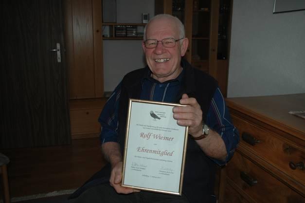 Der passionierte Ornithologe Rolf Wiesner freut sich sichtlich über seine Ehrenurkunde.
