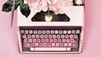 Egal ob mit Schreibmaschinen, Fülli oder Händy, die Liebe will zum Ausdruck gebracht werden.