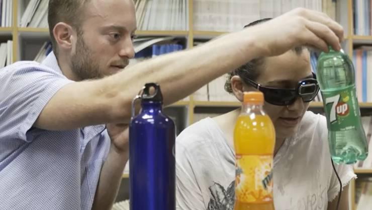 Brille für Blinde: Eine Kamera filmt Objekte und übersetzt die Eigenschaften in Töne oder Musik.