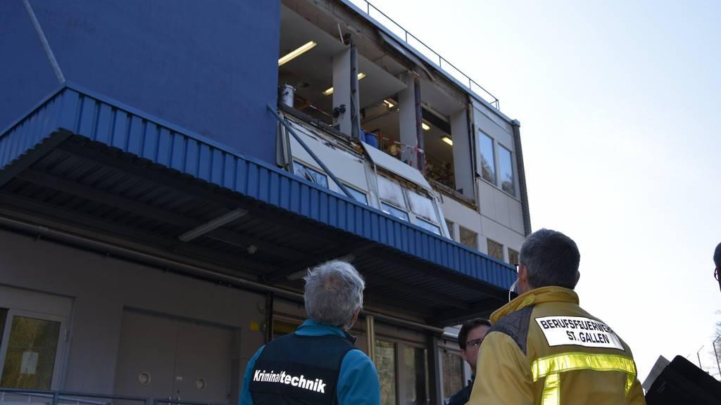Feuerwehr und Kantonspolizei begutachten den Schaden.