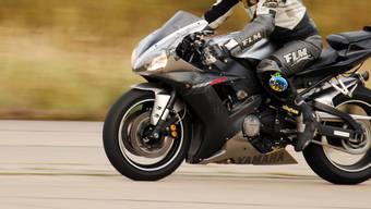 Der Motorradfahrer geriet auf die Gegenfahrbahn. (Symbolbild)
