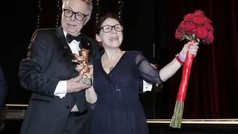 Berlinale-Direktor Dieter Kosslick posiert mit der Gewinnerin des Goldenen Bären, der ungarischen Regisseurin Ildikó Enyedy