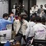 HANDOUT - Die Projektteilnehmer jubeln in einem Kontrollraum des JAXA-Campus Sagamihara, nachdem die erfolgreiche Trennung einer Kapsel vom Raumschiff Hayabusa2 bestätigt wurde. Foto: -/JAXA/AP/dpa