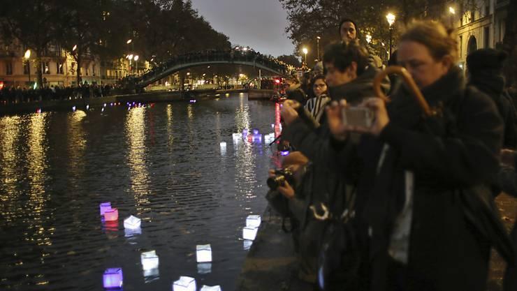 Hunderte Laternen haben auf dem Pariser Canal Saint-Martin an die Opfer der Anschläge vor einem Jahr erinnert.
