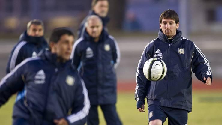 Messi hat nur Augen für seinen besten Freund, den Ball