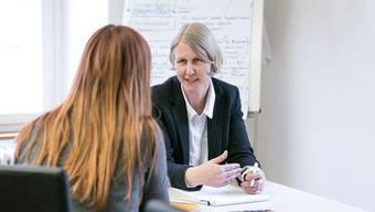 Barbara Zobrist, Leiterin der Schuldenberatung, hilft der Klientin, einen Weg aus der Verschuldung zu finden.