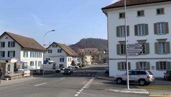 Das denkmalgeschützte Haus «Rössli» (rechts) ist richtungsweisend für die geplanten Neubauten auf der linken Strassenseite.