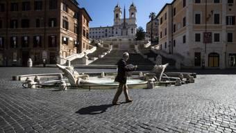 """Italien lockert ab dem 4. Mai eine Reihe von Corona-Beschränkungen. Im Bild die Spanische Treppe und der barocke Brunnen """"Fontana della Barcaccia"""", beides beliebte Touristenattraktionen in Rom."""