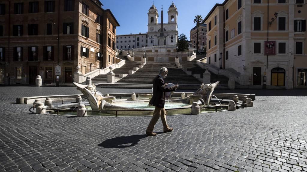 Italien lockert ab dem 4. Mai eine Reihe von Corona-Beschränkungen. Im Bild die Spanische Treppe und der barocke Brunnen «Fontana della Barcaccia», beides beliebte Touristenattraktionen in Rom.