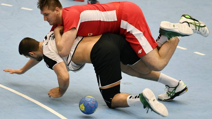 Robuste Polen, das kennen die Schweizer. Hier wird Lucas Meister (unten) von Rafal Przybylski zu Fall gebracht.