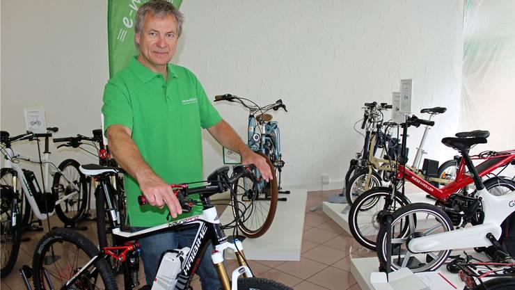 Roger Martin präsentiert die E-Bikes in seinem Showroom.