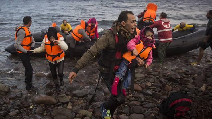 Solche Bilder haben das Jahr geprägt: Flüchtlinge kommen auf der griechischen Insel Lesbos an. (Archiv)