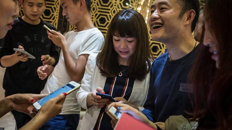 Die Smartphone-App WeChat ist vor allem bei Chinesen sehr beliebt. Die Zahl der Konten hat inzwischen die Marke von einer Milliarde durchbrochen. (Archiv)