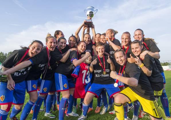 Die Frauen des FC Basel bejubeln ihren Cupsieg.