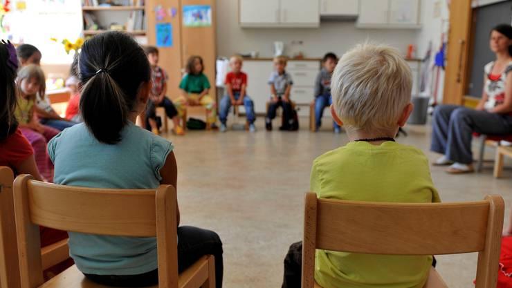 Kindergärtnerinnen erhalten derzeit weniger Lohn als Primarlehrer.