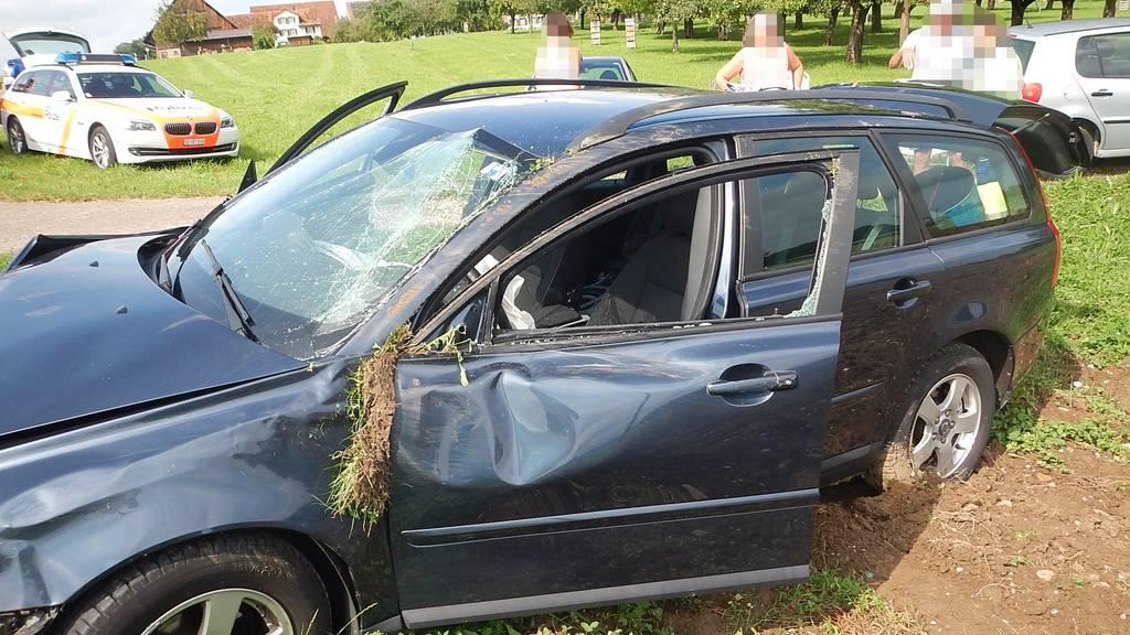 Das Auto wurde von der Strasse gedrängt.