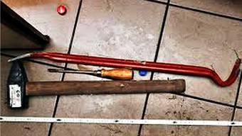 Im Mazda der mutmasslichen Täter findet die Polizei Einbruchswerkzeug. (Symbolbild)