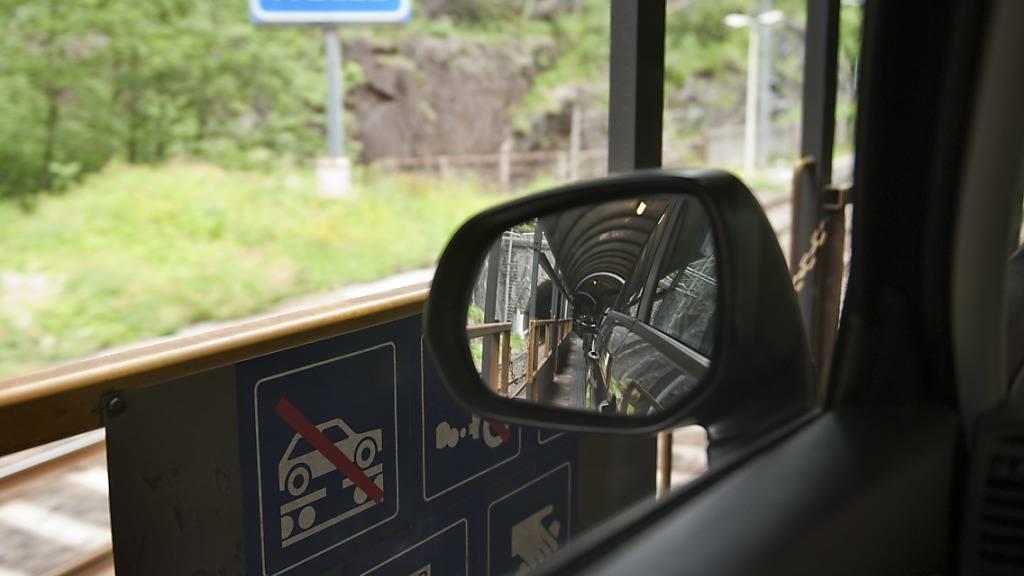 Die BLS schränkt den Betrieb der Autoverladezüge am Simplon wegen der Corona-Pandemie ein. (Archivbild)