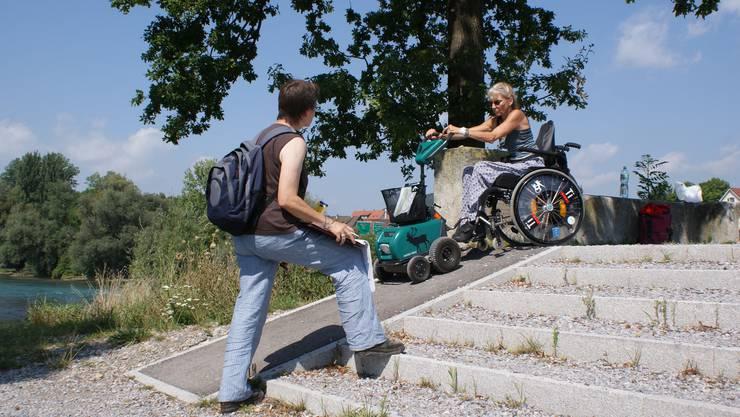 Der Aussichtspunkt bei Unterengstringen ist für Regula Huwyler mit der Motorhilfe erklimmbar. Marguerite Weber notiert die Steigung der Rampe.
