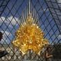 """Spektakulär: Kohei Nawas Skulptur """"Thron"""" unter der Pyramide des Louvre. Sie ist Teil der über ganz Paris verteilten Japan-Hommage """"Japonismes"""", mit welcher der 160. Geburtstag der diplomatischen Beziehungen zwischen Frankreich und Japan gefeiert werden."""