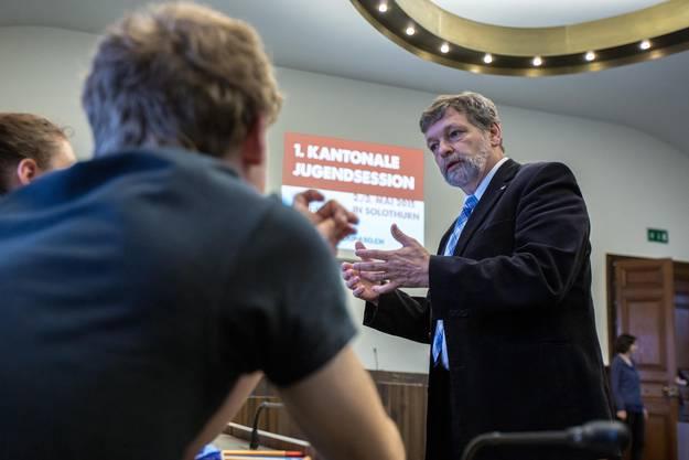 Landamman Roland Heim in der Diskussion mit den Teilnehmern der Jugendsession