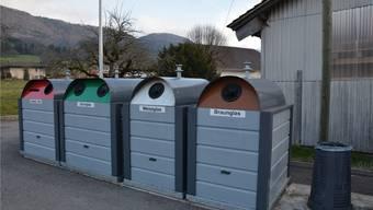 Die Glassammelstelle in Aedermannsdorf bestand aus zwei älteren Containern mit farbgemischter Sammlung. Die Gemeinde entschied, neue, nach Farben getrennte Sammelgebinde anzuschaffen.