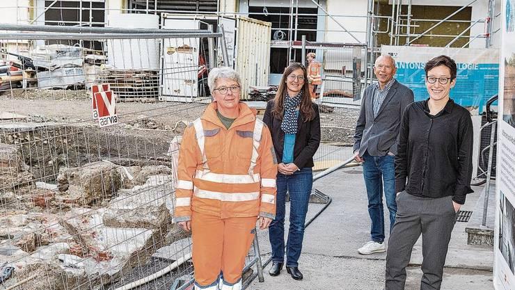 Archäologin Andrea Schaer mit dem Redaktionsteam: Sara Venzin, Nick Stöckli und Salome Egloff vor der Kurplatz-Baustelle. Es fehlt Benjamin Ryser.